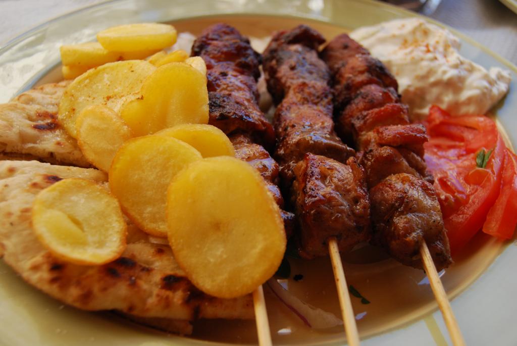 Un souvlaki traditionnel dégusté en Grèce à Kalavrita (Péloponnèse)