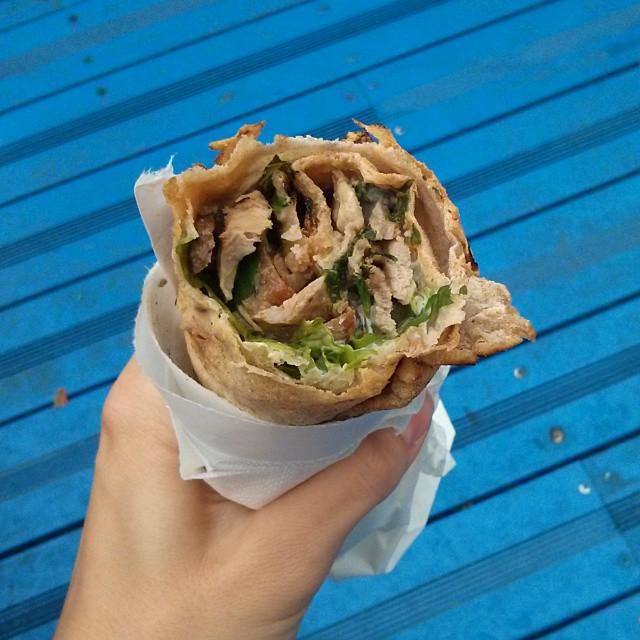 Le kebab de chez Grillé en cours de dégustation dans la Cour Bleue du BHV - Crookies