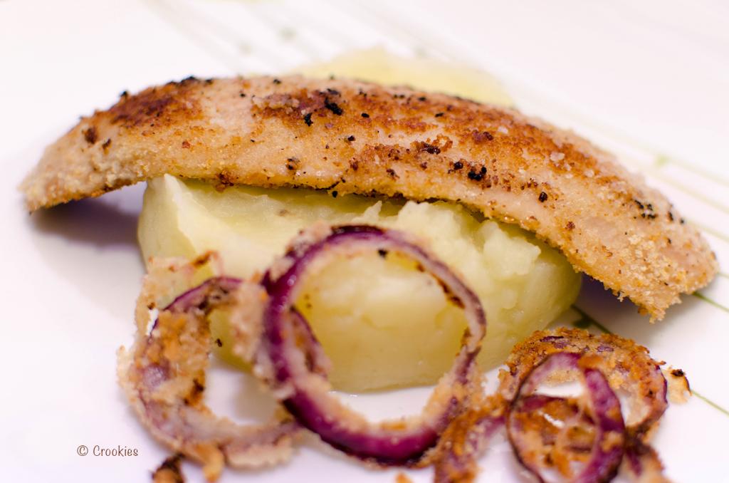 Hareng fumés, pané et grillé à la plancha avec ses oignons rouges panés et sa purée de pomme de terre maison. © Crookies