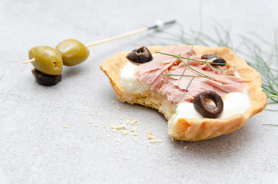 Tartelette thon en conserve, mozzarella et olives noires - Photo © Crookies