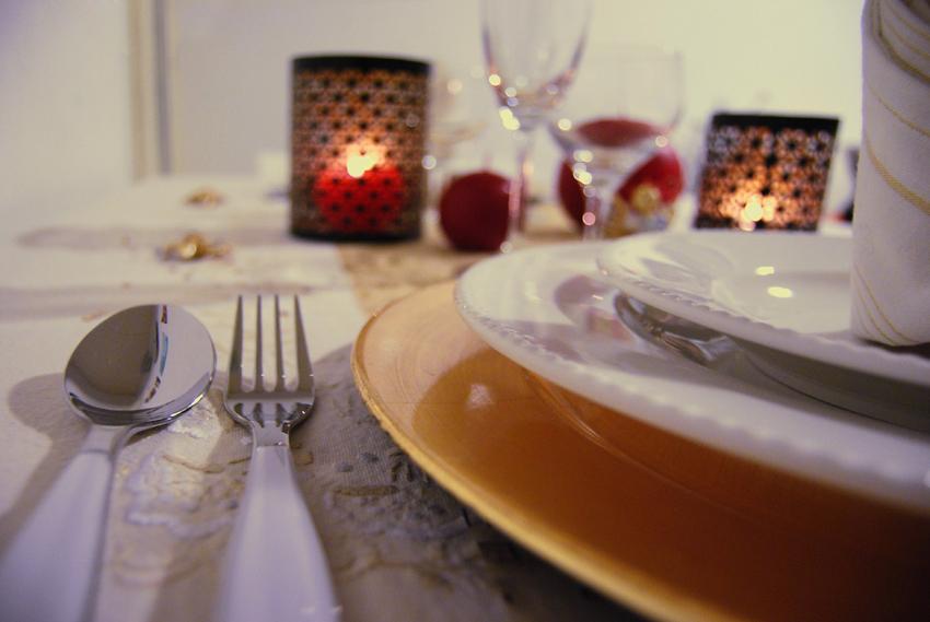 """Assiette décorative doré surmontée de deux assiettes en porcelaine blanche à bordure """"moulée"""" - Monoprix. Photo ©Crookies"""