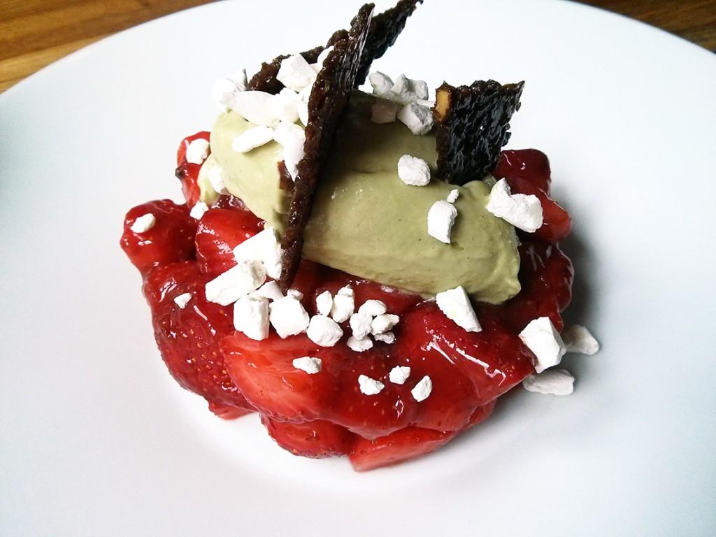 Dessert (fraises à la confiture de Vieux Garçons, glace à la pistache, meringues et biscuit croquant) - A Noste