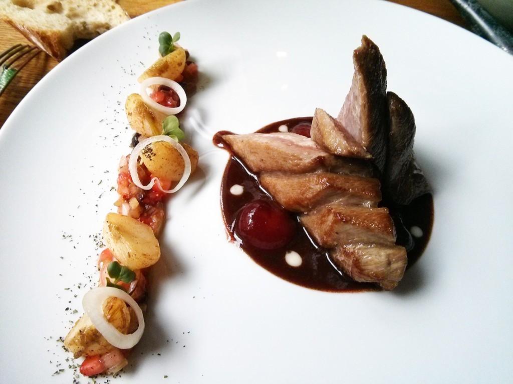 Plat (ventrèche de thon, sauce cerise et accompagnement navets glacés et fraise) - A Noste