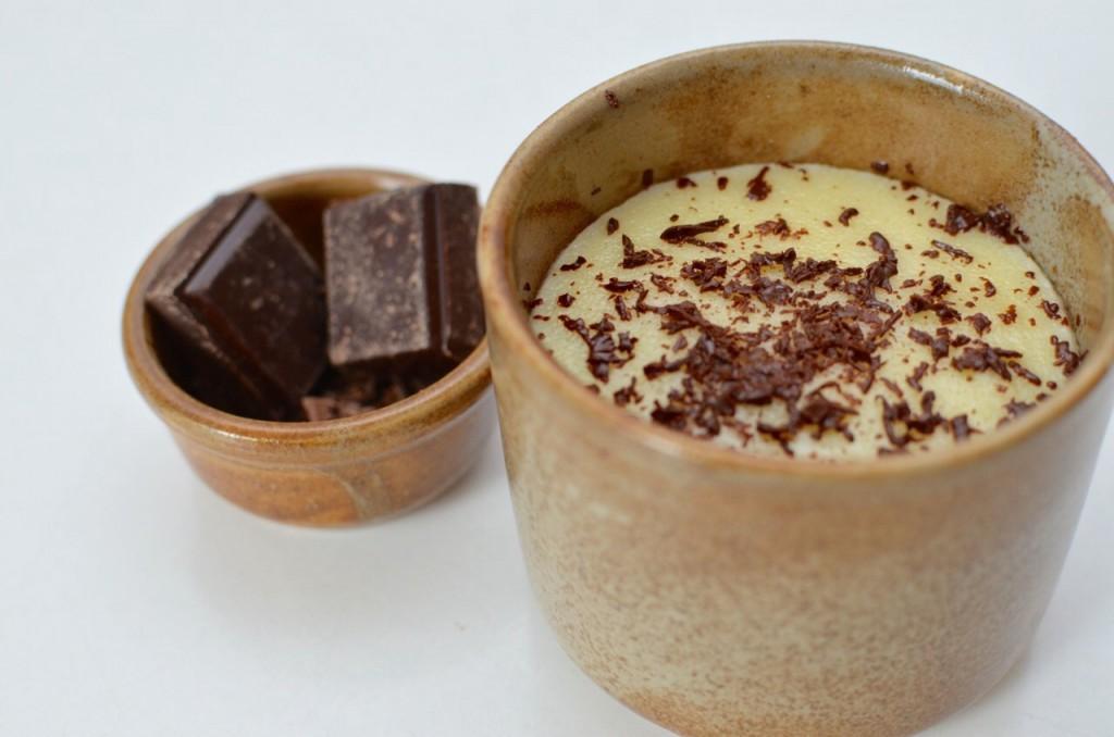 Crème dessert à la semoule parfumée à la vanille et saupoudrée de copeaux de chocolat - © Crookies