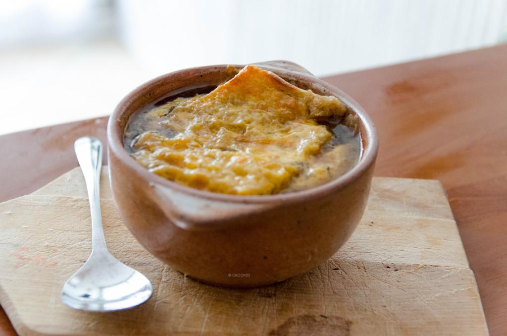 Soupe à l'oignon et à la bière noire (Stout) gratinée au cheddar comme au Québec - Photo © Crookies
