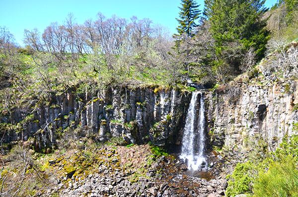 Orgue basaltique et cascade en hauteur du lac de Guéry (Auvergne) - Photo © Crookies